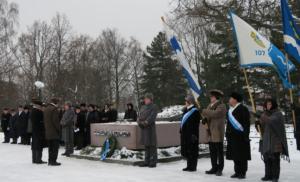 Seppeleen lasku marsalkka Mannerheimin haudalle 2016. Kuva Lea Järvikare